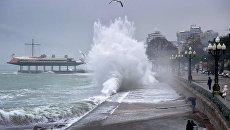 Набережная Ялты во время шторма на Черном море. Архивное фото