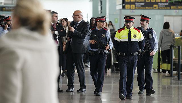 Сотрудники правоохранительных органов Испании в аэропорту Барселоны. Архивное фото