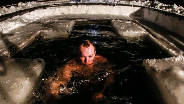 Мужчина во время крещенского купания. Архивное фото