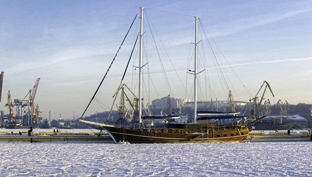 В Одессе украинские военные корабли вмерзли в лед