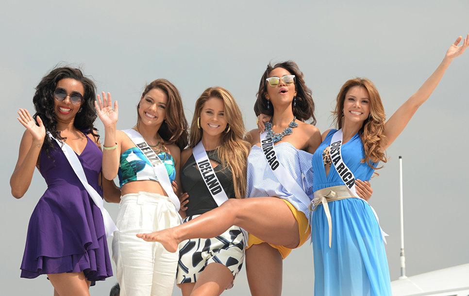 Участницы конкурса Мисс Вселенная на борту яхты Счастливая жизнь во время путешествия на пляжный курорт в Маниле, Филиппины