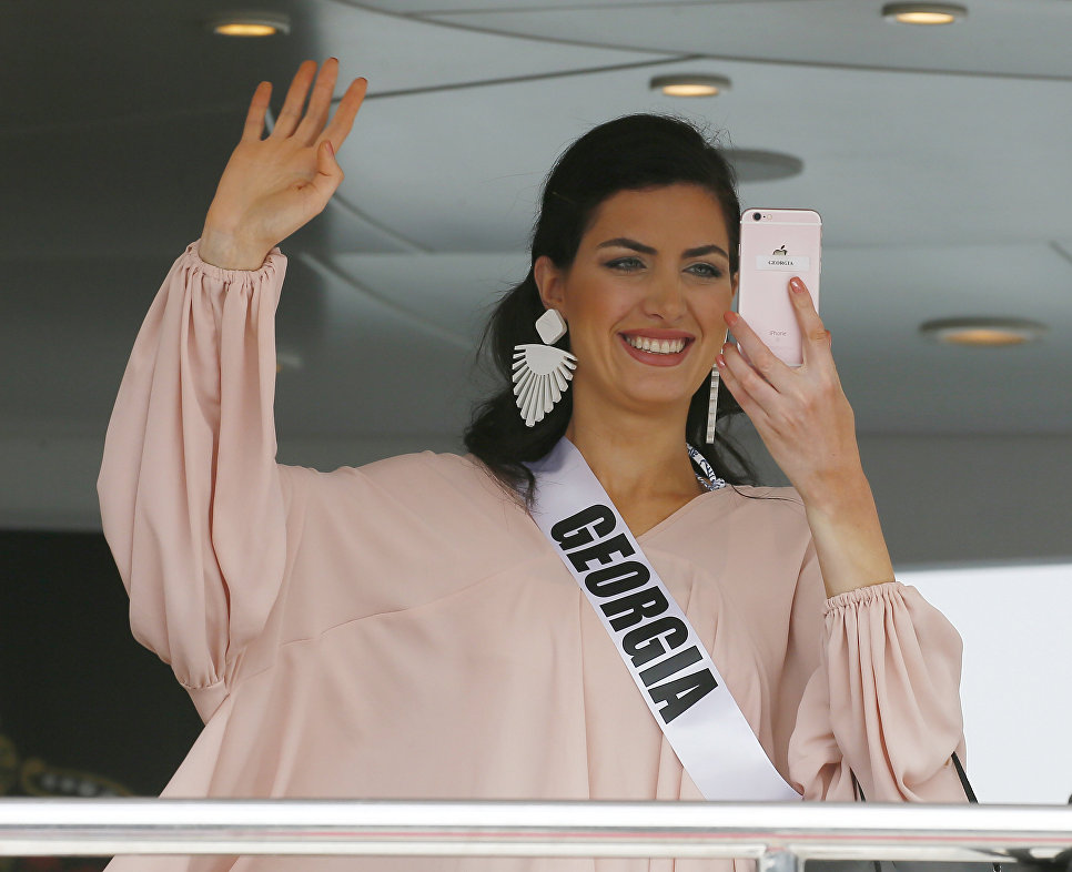 Участница конкурса Мисс Вселенная из Грузии Нино Каралашвили на борту яхты Счастливая жизнь во время путешествия на пляжный курорт в Маниле, Филиппины