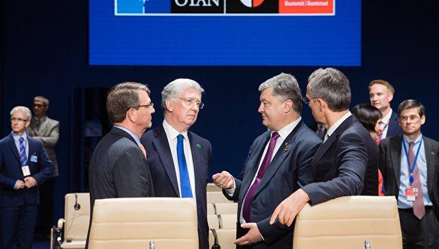 Министр обороны Великобритании Майкл Фэллон и президент Украины Петр Порошенко (в центре)