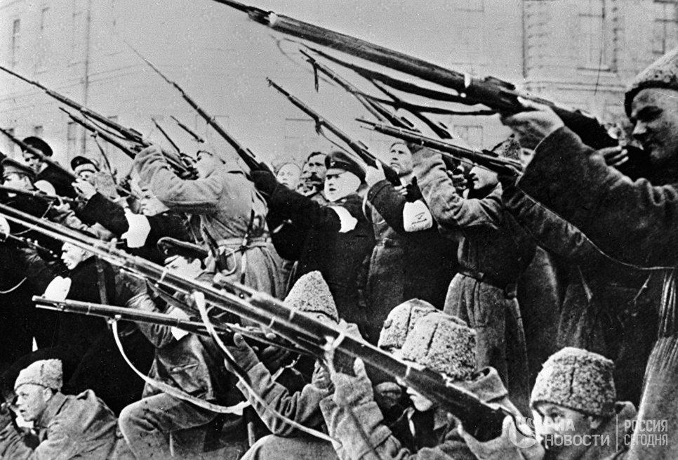 Солдаты обстреливают полицейские засады во время Февральской буржуазно-демократической революции 1917 года