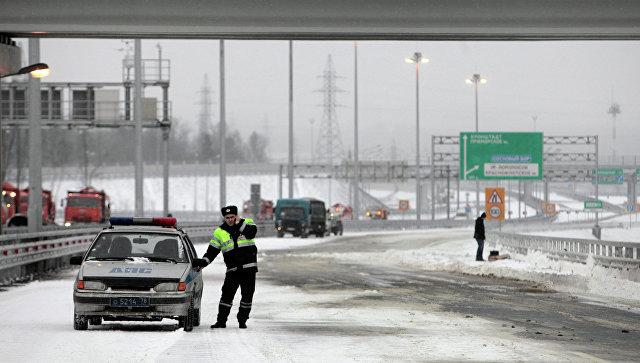 Напетербургской кольцевой автотрассе перевернулся бензовоз