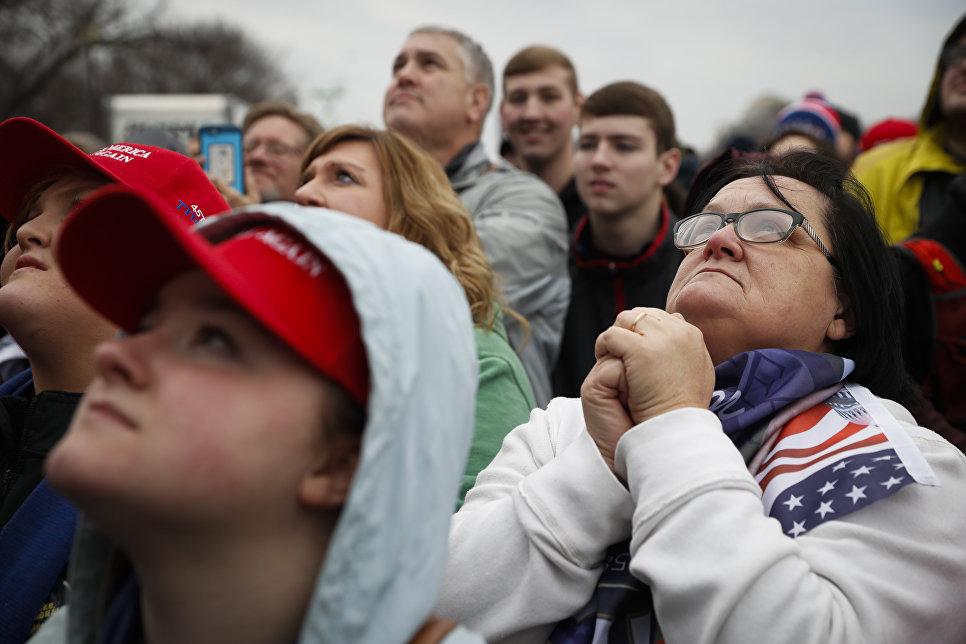 Сторонники избранного президента США Дональда Трампа во время его инаугурации в Вашингтоне. 20 января 2017 года