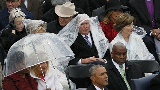 Шуршащий дождевик Буша стал еще одним популярным мемом инаугурации
