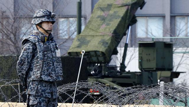 Военный возле зенитно-ракетного комплекса Patriot сил самообороны Японии