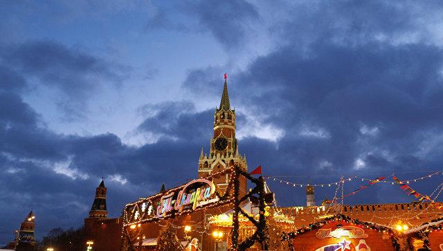 Спасская башня Московского Кремля и ГУМ-Ярмарка на Красной площади. Архивное фото