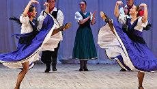 Артисты во время исполнения аргентинского танца Маламбо на класс-концерте, посвященном Дню рождения Игоря Моисеева в концертном зале имени П. И. Чайковского