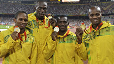 Ямайские спортсмены, завоевавшие золото в эстафете 4х100 метров среди мужчин на Олимпиаде в Пекине, на церемонии награждения. 23 августа 2008