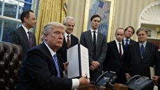 Президент США Дональд Трамп после подписания указа о запрете финансирования абортов. 23 января 2017 года