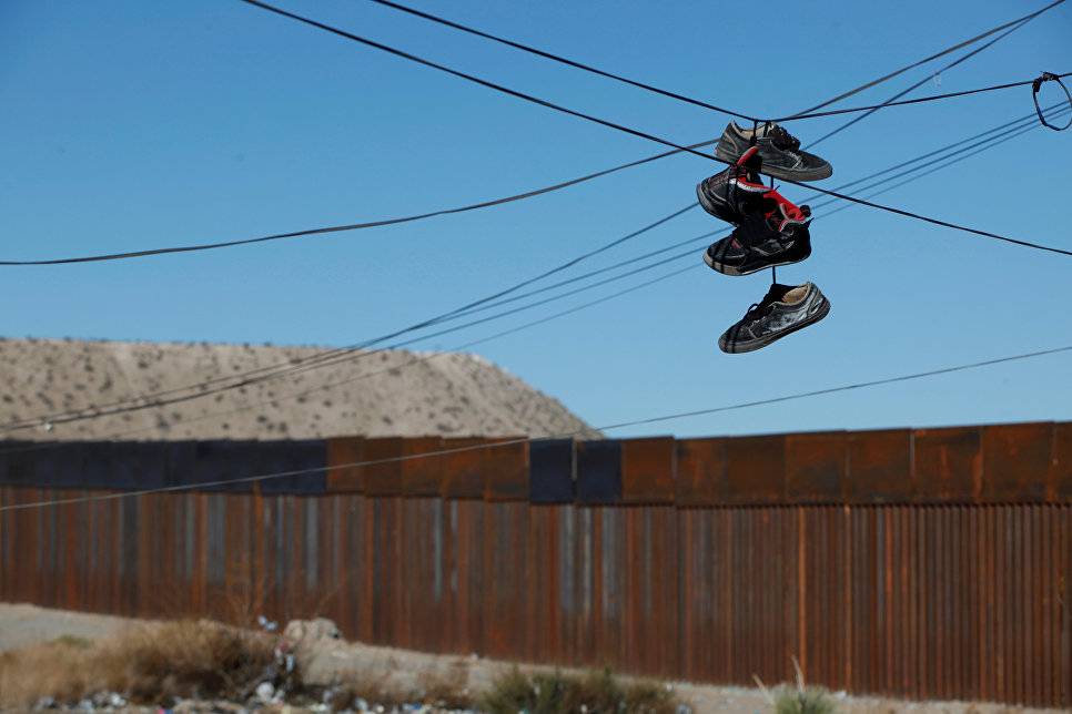 Линия электропередачи возле недавно построенного участка забора, разделяющий США и Мексику