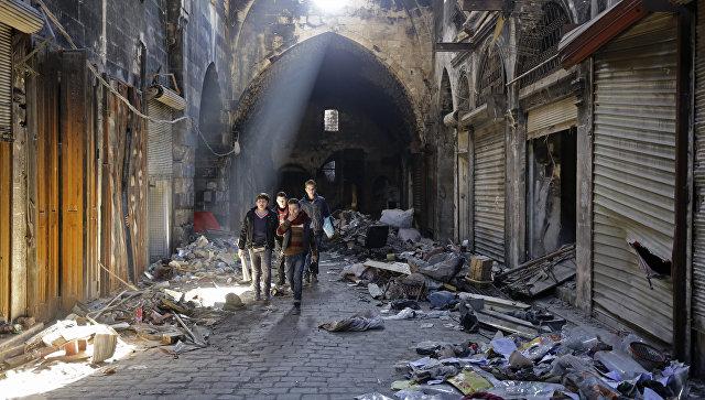 Сирийские дети на разрушенной улице Алеппо. Архивное фото