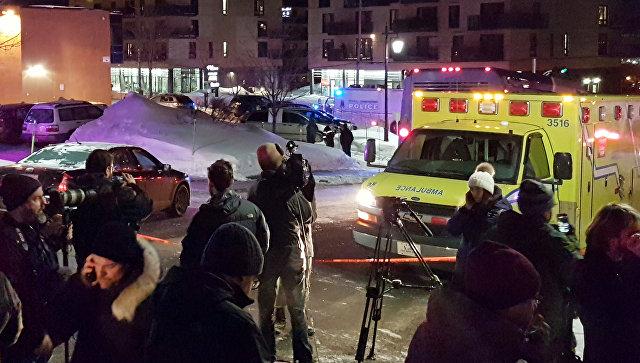 Автомобили скорой помощи возле места стрельбы в канадском Квебеке. 29 января 2017 год