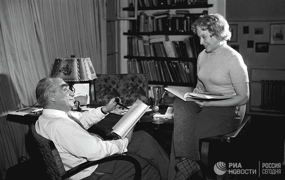 Григорий Александров и Любовь Орлова в домашней обстановке