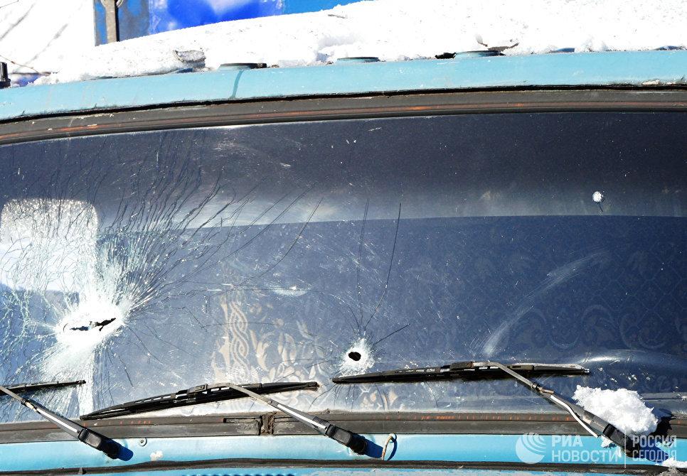 Поврежденное лобовое стекло грузового автомобиля в Куйбышевском районе Донецка, пострадавшее в результате обстрела украинскими силовиками