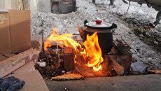 Чайник у дома, пострадавшего в результате обстрела украинскими силовиками, в Донецке. Архивное фото