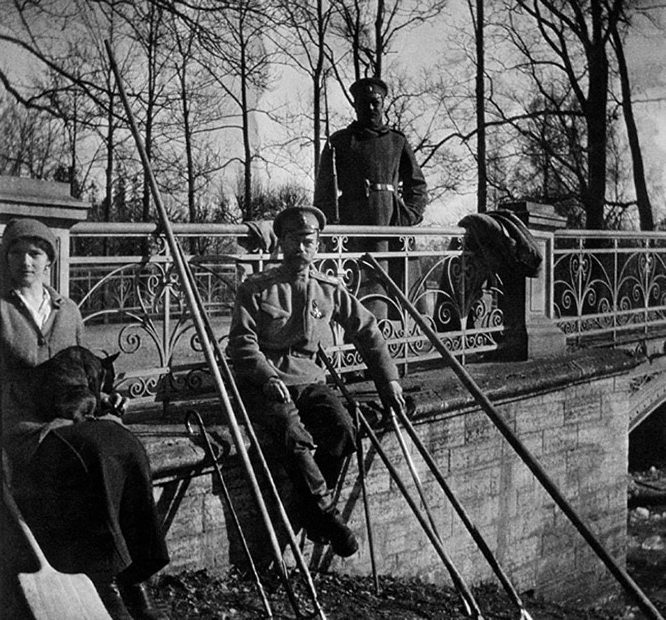 Николай II и его дочь Татьяна у моста в Александровском парке. 1917 год