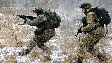 Военнослужащие демонстрируют боевую экипировку Ратник во время проведения учений. Архивное фото