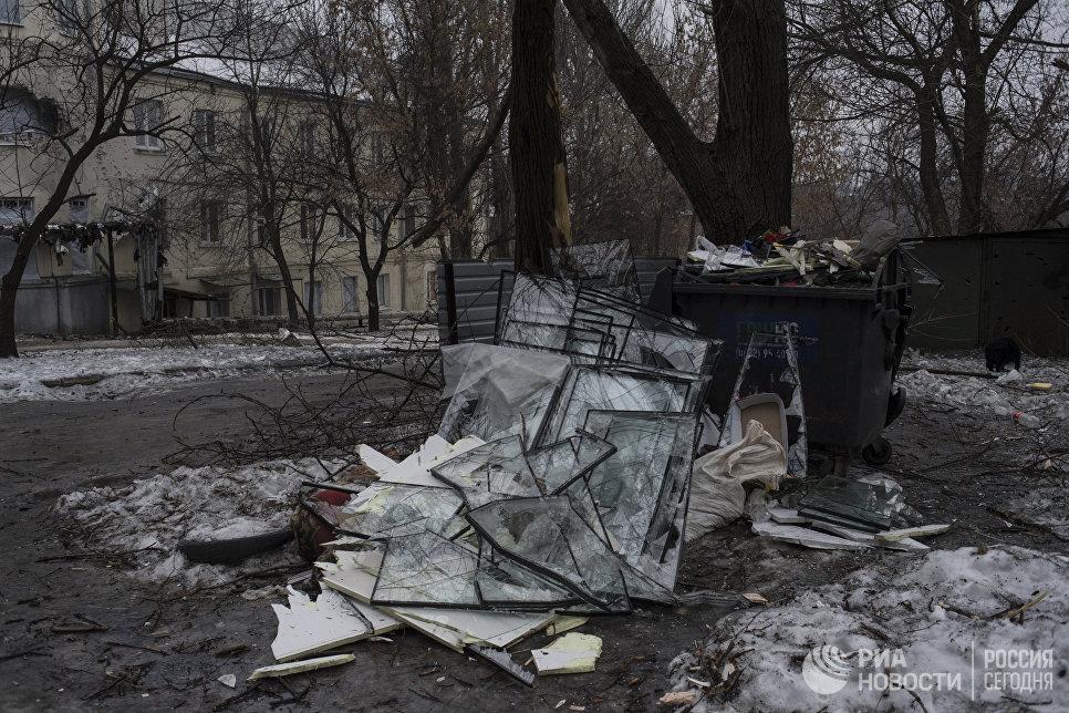 Разбитые в результате обстрелов оконные стекла на свалке в Киевском районе Донецка