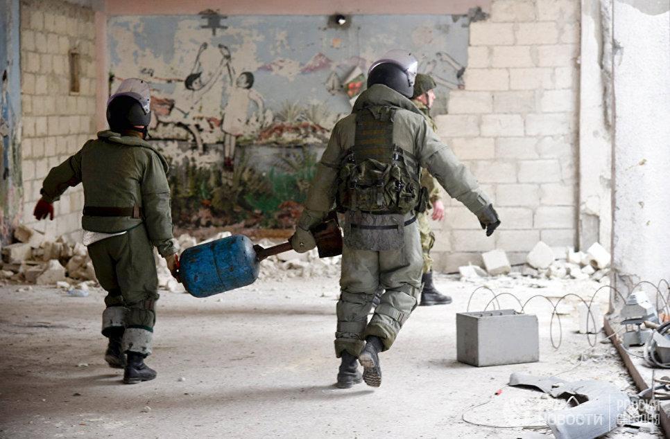 Российские военные инженеры Международного противоминного центра ВС РФ в общевойсковых комплектах разминирования ОВР-2 разминируют жилые кварталы сирийского города Алеппо