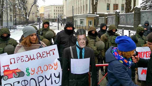 ВКиеве установили «памятник президенту-лжецу» слицом Порошенко