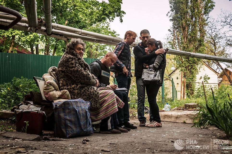 Жители дома, пострадавшего в результате обстрела украинскими силовиками города Донецка
