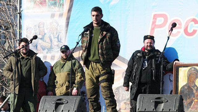 Ополченец Донецкой народной республики с позывным Гиви (в центре). Архивное фото