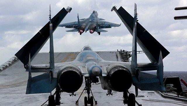 Истребители Су-33 и МиГ-29К на палубе тяжелого авианесущего крейсера Адмирал Кузнецов в Средиземном море. Архивное фото