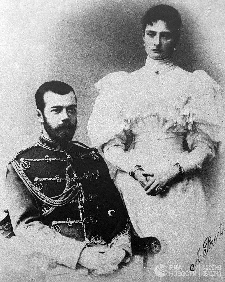 Российский император Николай II с супругой Александрой Федоровной