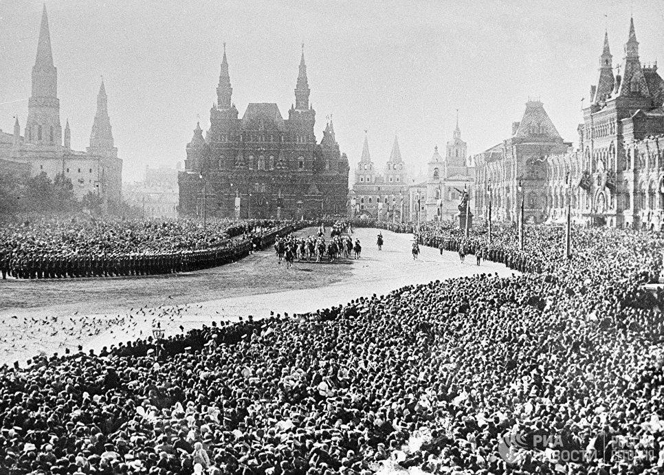 Церемония приветствия Российского Императора Николая II на Красной площади во время празднования 300-летия Дома Романовых