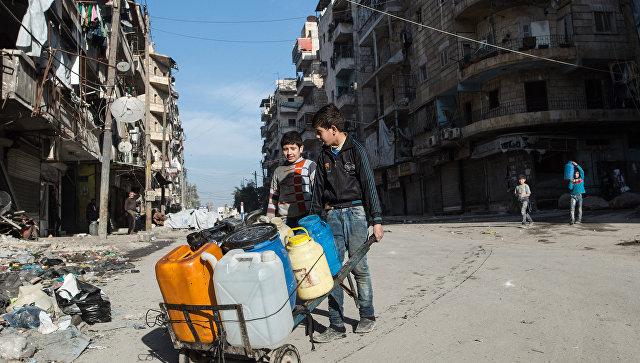 Местные жители с емкостями для воды в жилом квартале города Алеппо, Сирия. Архивное фото