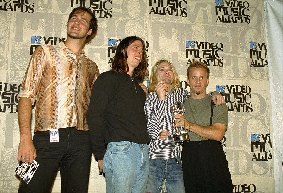 Участники группы Нирвана, Крис Новоселич, Дэйв Грол и Курт Кобейн на 10-й ежегодной церемонии MTV Video Music Awards в Юниверсал-Сити