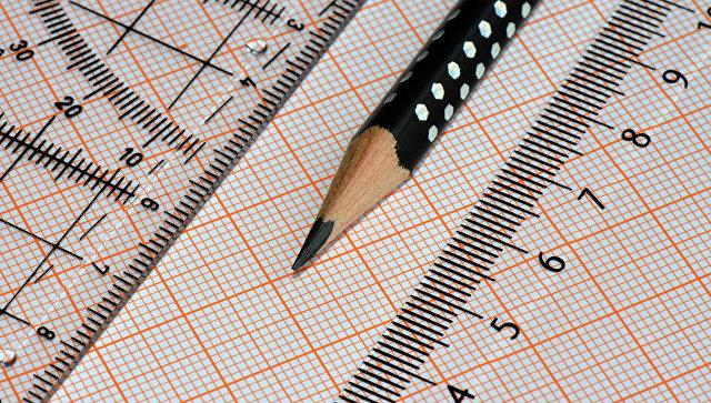 Миллиметровая бумага, карандаш и линейка. Архивное фото