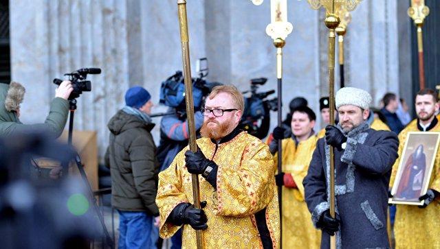 Крестный ход у Исаакиевского собора в Петербурге