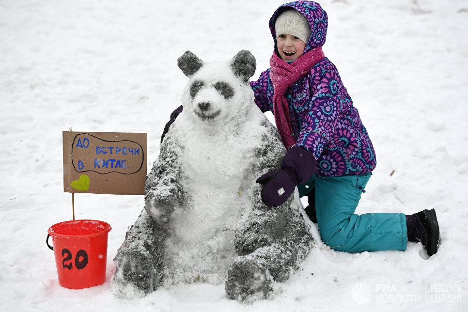 Девочка у снежной фигуры на Арт-битве Снеговиков в Московском Дворце пионеров на Воробьевых горах