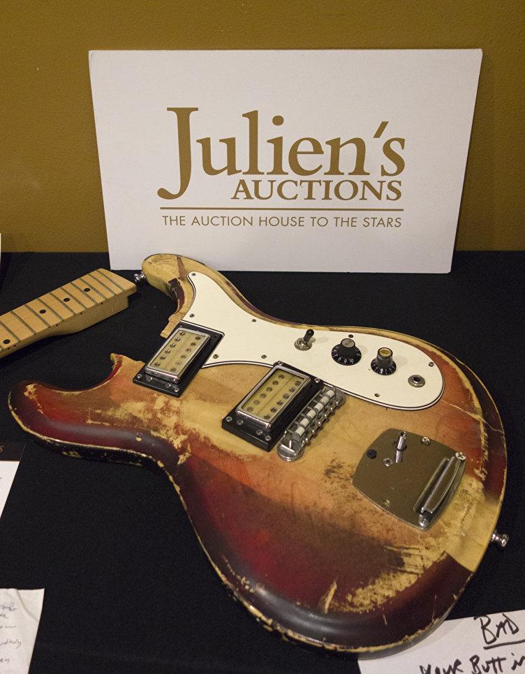 Гитара Курта Кобейна, на которой он играл и которую разбил в 1989 году в клубе Maxwell's, Хобокен