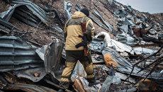 Ополченец ДНР на территории уничтоженного склада боеприпасов украинских силовиков