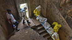Медики транспортируют тело жертвы лихорадки Эбола. Апхивное фото