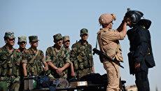 Российский военнослужащий (второй справа) обучает сирийских солдат поисковой тактике и обнаружению взрывных устройств. Архивное фото