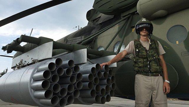 Летчик у российского транспортно-штурмового вертолета МИ-8АМШТ на аэродроме Хмеймим в Сирии. Архивное фото