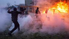 Автомобиль горит в Бобиньи, пригороде Парижа, во время акции протеста против полицейского насилия. Архивное фото