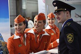 Стюардессы у стенда авиакомпании Аэрофлот на национальной выставке инфраструктуры гражданской авиации - NAIS 2017 в Москве