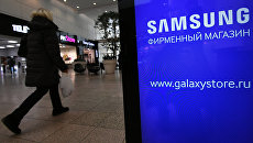 Женщина у фирменного магазина в Москве по продаже электроники корпорации Samsung Electronics