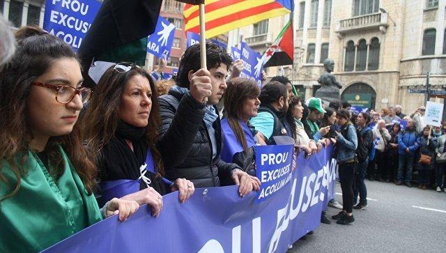 ВБарселоне неменее 100 тыс. человек прошли маршем вподдержку мигрантов