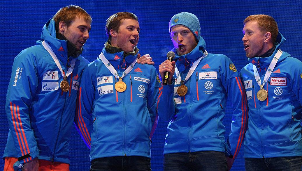 Спортсмены сборной России, завоевавшие золотые медали в эстафете среди мужчин на чемпионате мира по биатлону в австрийском Хохфильцене, на церемонии награждения