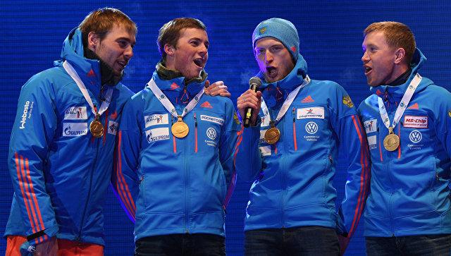 Русским спортсменам довелось самим спеть гимн страны нанагражденииЧМ побиатлону