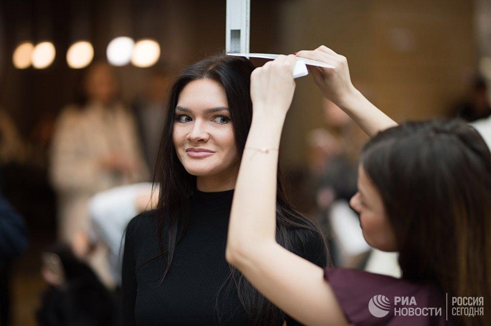 Измерение роста участницы открытого кастинга национального конкурса Мисс Россия в торговом центре Афимолл Сити в Москве