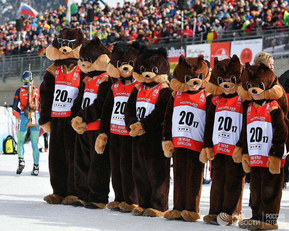 Церемония награждения призеров гонки преследования среди женщин чемпионата мира по биатлону в австрийском Хохфильцене